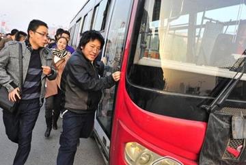上班族挤公交 当心挤出6健康隐患