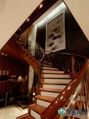 老人上楼梯要注意斜着身子