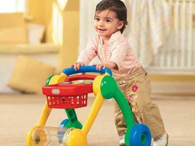 没想到孩子的腿太软,在婴儿学步车内一冲,连人带车从楼道口摔了下去.